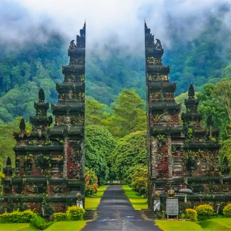 La porte d'un temple en tant que symbole de passage vers un cheminement et une transformation intérieure